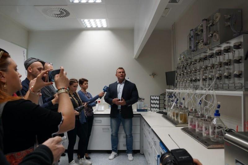 prezentacja sztucznego układu pokarmowego w Olimp Laboratories