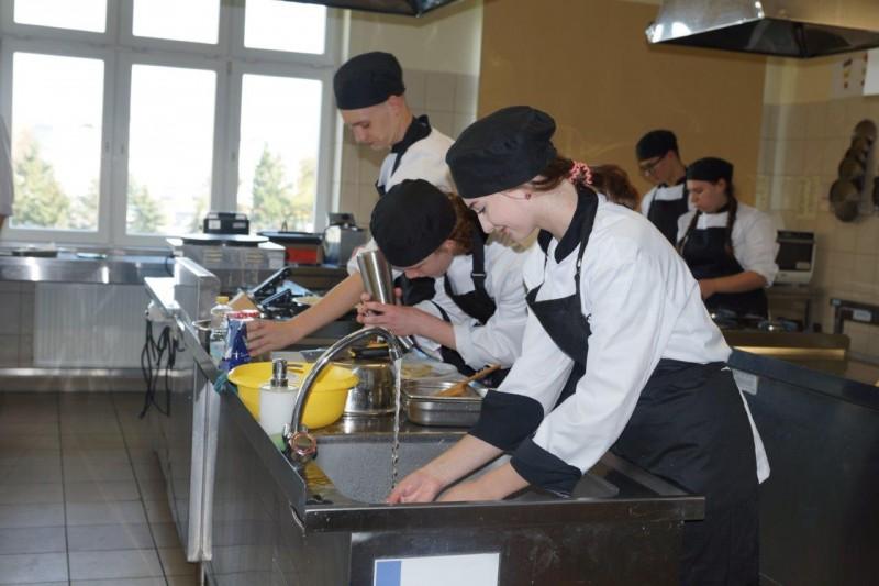 Uczniowie ZSG w trakcie wykonywania zadań